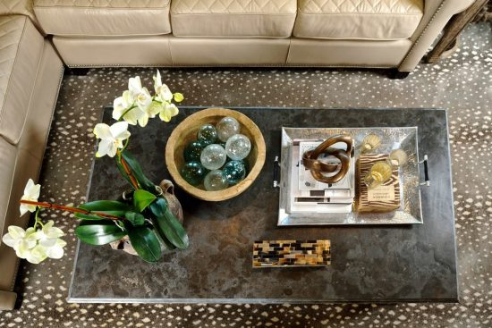 Add style to your coffee table décor to enhance the room beautyAdd style to your coffee table décor to enhance the room beauty